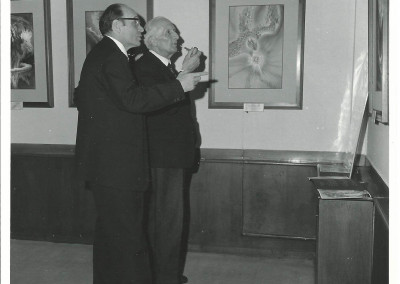 """Rino Ferrari e Marcel Brion, membro dell'Académie Française, all'inaugurazione della  mostra """"L'apocalisse di San Giovanni"""", presso la Galerie André Weil, a Parigi, nel dicembre 1969"""