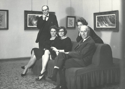 A sinistra Rino Ferrari in piedi dietro alla moglie Giulia con i galleristi della Galleria  Gussoni Milano, Marzo 1966