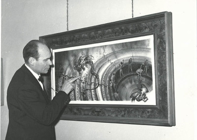 """Rino Ferrari davanti a una delle quattro tavole de """"L'Inferno"""" esposte nel marzo 1966 alla  mostra """"L'inferno di Dante e i sette peccati capitali"""", presso la Galleria Gussoni di Milano"""