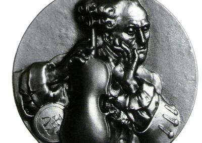 Medaglia commemorativa della morte di  Antonio Stradivari commissionata dal Comune di Cremona nel 1987 su modello del 1984, prodotta da Lorioli Milano